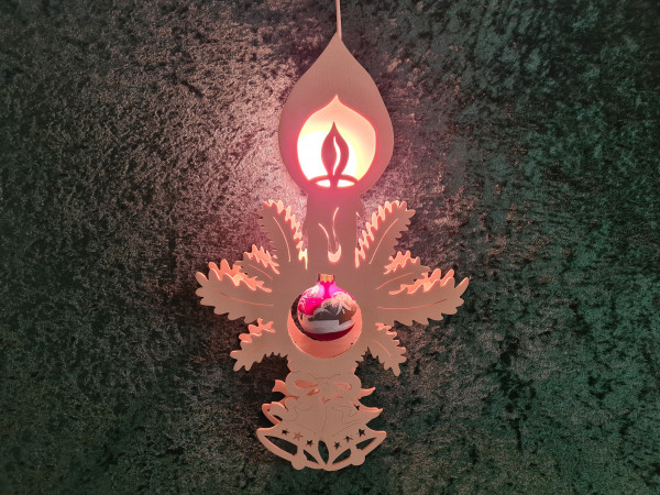 Kerze mit Weihnachtskugel