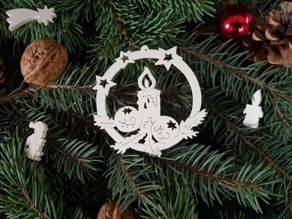 Kerze mit 2 Weihnachtskugeln