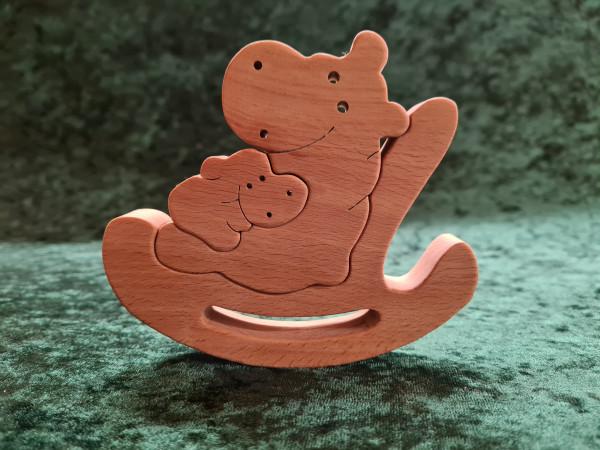 Nilpferd mit Kind auf dem Schaukelstuhl